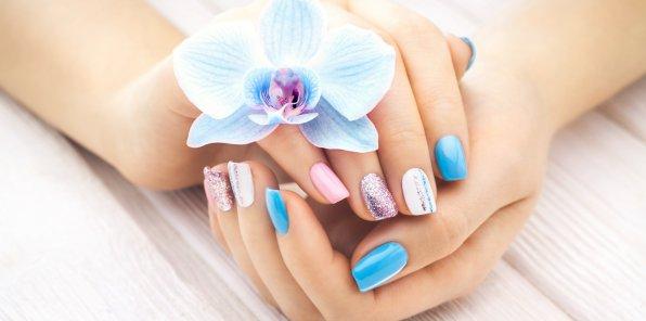 Скидки до 65% на маникюр и педикюр в студии красоты AVENUE