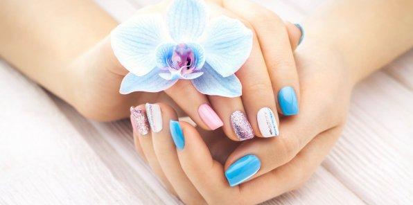 Скидки до 56% на маникюр и педикюр в студии красоты AVENUE