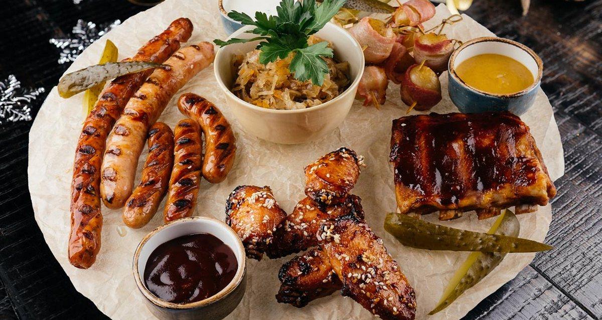 жареные колбаски и мясо
